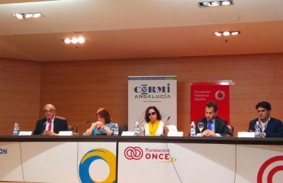 CERMI Andalucía y la Fundación Vodafone España entregan tablets a personas con discapacidad para realizar un estudio sobre aplicaciones accesibles