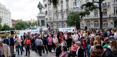 Panorámica de la concentración concentración cívica frente al Congreso de los Diputados para exigir el derecho al voto