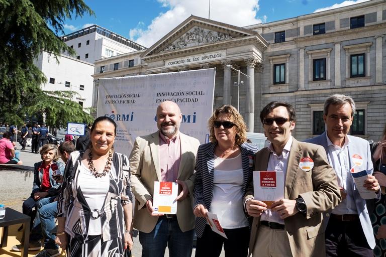 Representantes del CERMI y sus entidades frente al Congreso de los Diputados