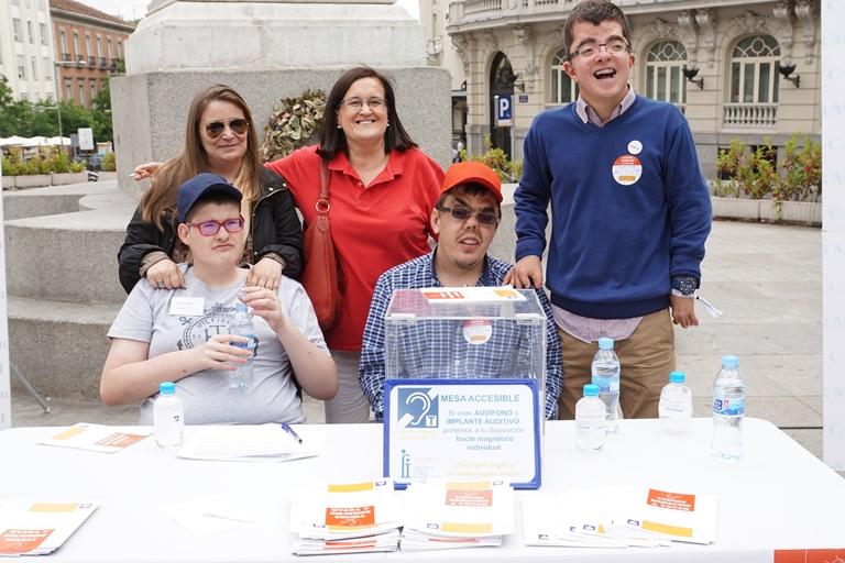 Mesa instalada en la concentración del CERMI para exigir el voto para todas las personas con discapacidad
