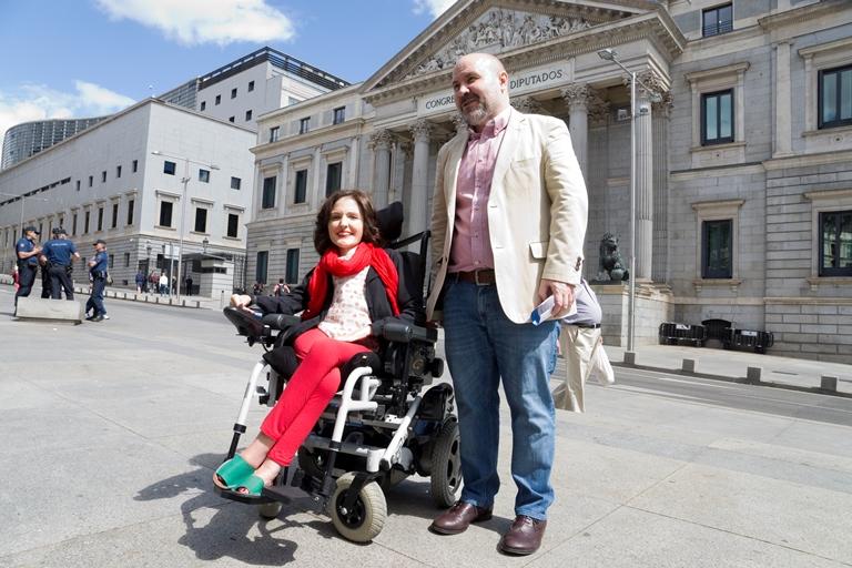 La senadora de Podemos por Valencia Virginia Felipe junto al presidente del CERMI, Luis Cayo Pérez Bueno