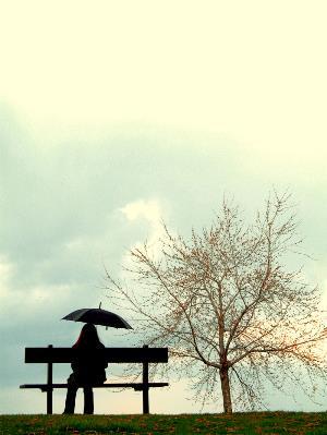 Mujer bajo un paraguas