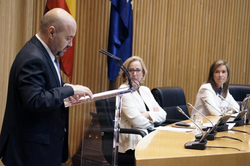 Luis Cayo Pérez Bueno, presidente del CERMI, en su intervención bajo la atenta mirada de la Ministra Ana Mato, y de Lourdes Méndez
