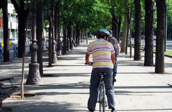 Detalle de un ciudadano con su bici en Madrid