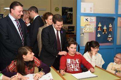 Emiliano García-Page, presidente de Castilla-La Mancha visitando una escuela