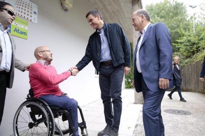 Pedro Sánchez, secretario general del PSOE, con el CERMI Galicia
