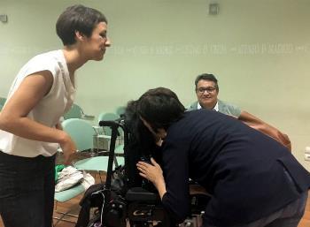Concha Día y Agustín Huete saludando antes del debate en el Ateneo a la senadora de Podemos Virginia Felipe