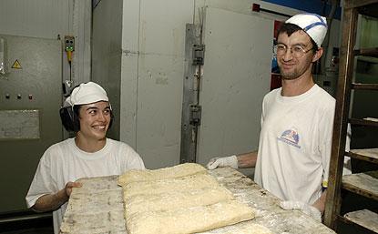 Dos trabajadores con discapacidad, en su lugar de trabajo