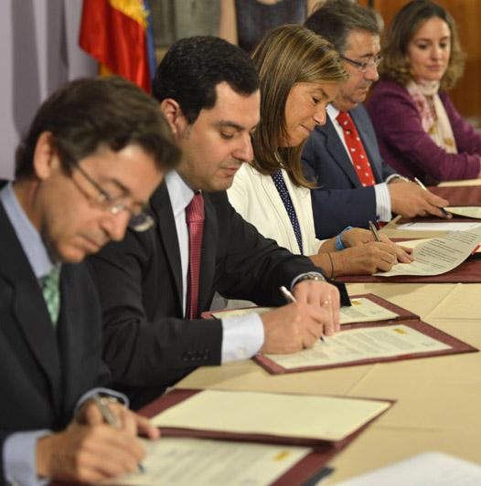 La ministra Ana Mato, y el Secretario de Estado de Servicios Sociales e Igualdad, Juan Manuel Moreno, en la firma del convenio con la FEMP para la gestión de ATENPRO