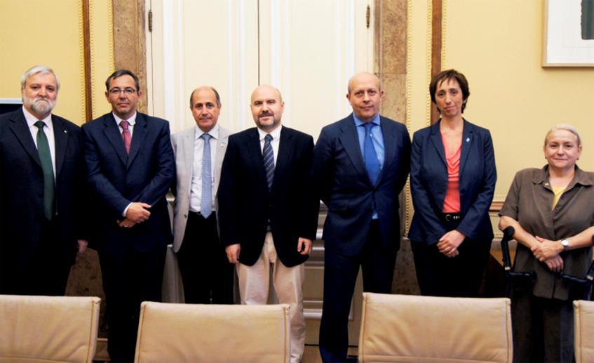 Foto de familia del ministro de Educación, Cultura y Deporte, José Ignacio Wert y representantes del CERMI