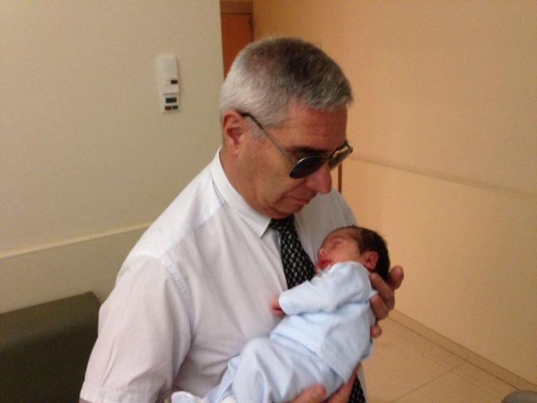 José Antonio Bes con su nieto recién nacido