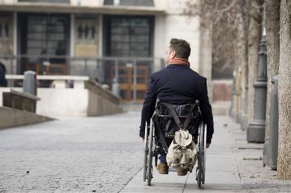 Una persona en silla de ruedas por las calles de una ciudad