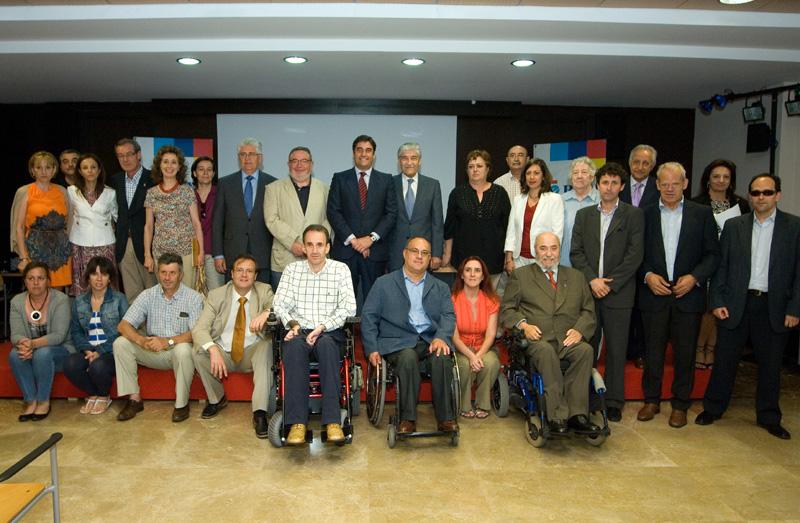 El consejero de Sanidad y Asuntos Sociales del Ejecutivo de Castilla-La Mancha, José Ignacio Echániz, con representantes del CERMI CLM