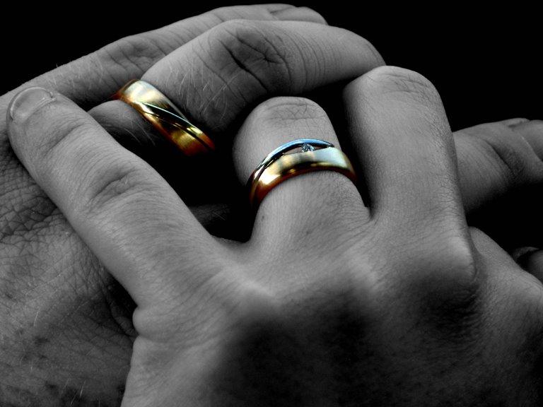Manos con anillos de boda puestos