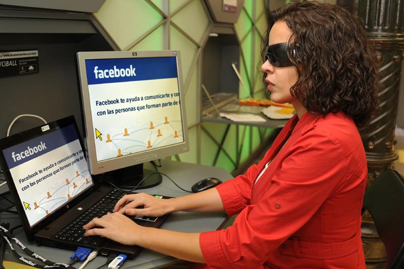 Mujer ciega entrando en facebook