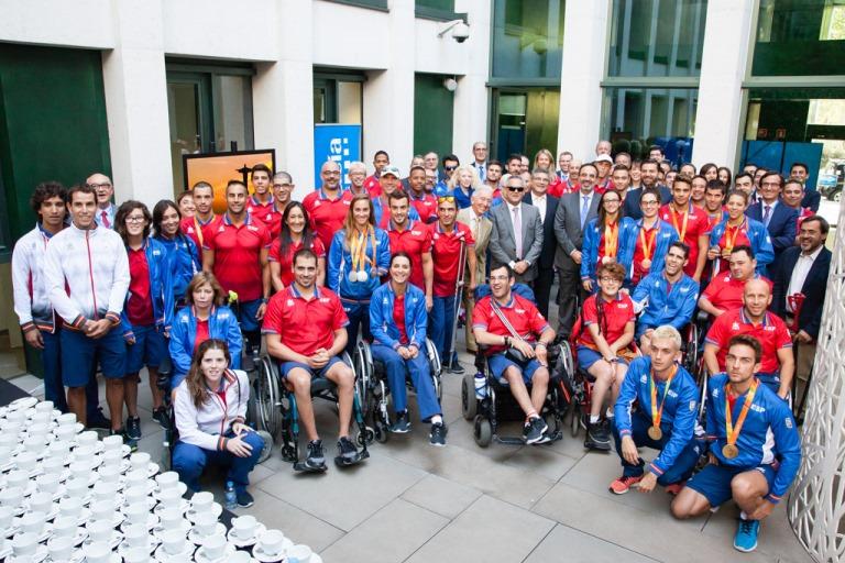 Visita del equipo paralímpico español a las empresas patrocinadoras del Plan ADOP tras los Juegos de Rio 2016 (imagen del Comité Paralímpico Español)