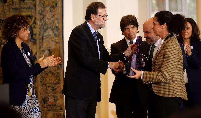 Ana Peláez, vicepresidenta ejecutiva de la Fundación CERMI Mujeres, y el presidente del CERMI, Luis Cayo Pérez Bueno, reciben el reconocimiento del Gobierno (Autor, José Luis Roca)