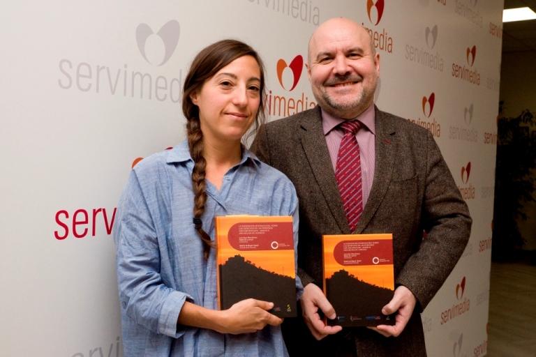 Luis Cayo Pérez Bueno y Beatriz de Miguel durante la presentación del libro sobre el décimo aniversario de la Convención de la ONU