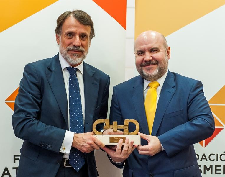 El presidente de ATRESMEDIA, José Creuheras, recoge el galardón de manos de Luis Cayo Pérez Bueno, presidente del CERMI