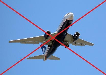 Imagen de un avión con una cruz roja que lo tacha