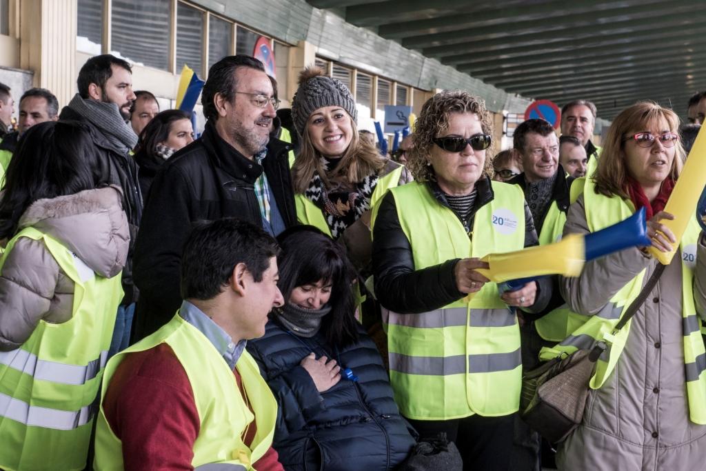 """Concentración promovida por el CERMI, bajo el lema """"Ryanair, no seas mi límite para volar"""", denunciando la discriminación que la aerolínea mantiene hacia los pasajeros con discapacidad"""