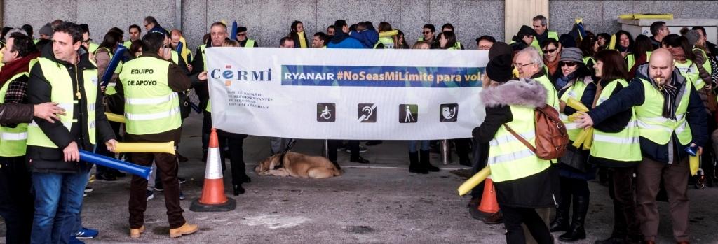 Concentración de protesta contra Ryanair por discriminar a personas con discapacidad en el transporte aéreo