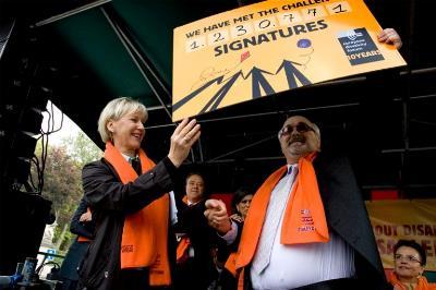 Momento de la 'campaña del millón' pasando el objetivo de ese número de firmas