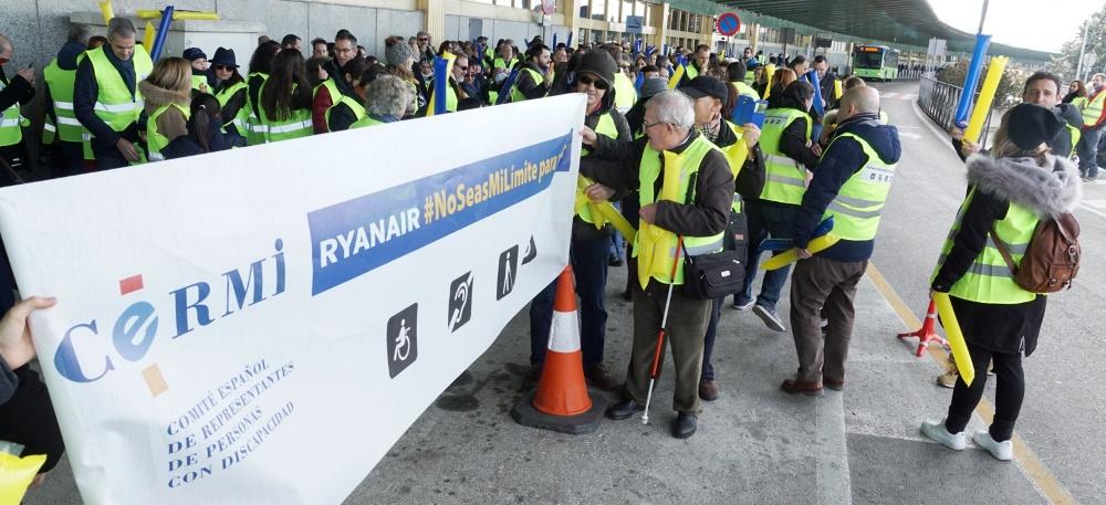"""Protesta en Barajas contra Ryanair por """"discriminar"""" a personas con discapacidad"""