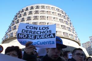 """Cartel que reza, """"con los derechos no se juega"""", y al fondo el Tribunal Constitucional"""