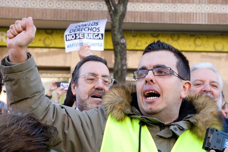 Antonio Hinojosa, una persona con discapacidad intelectual miembro de Plena Inclusión, lee el manifiesto por el derecho al voto de las personas con discapacidad