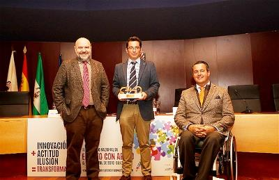 Alfonso Gutiérrez, presidente de AESE, recibe el Premio cermi.es