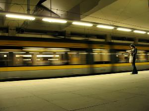 Mujer sola en andén de metro o tren