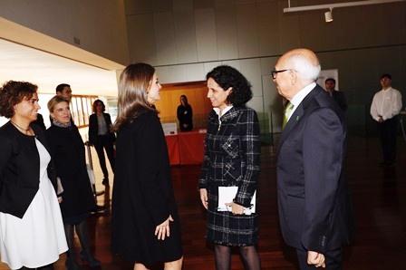 La Reina Letizia saluda a Ana Peláez, vicepresidenta ejecutiva de la Fundación CERMI Mujeres