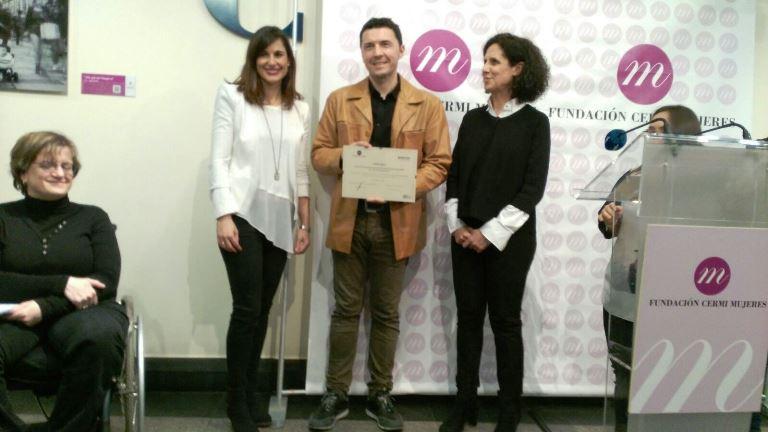 Kike Belanzategui, ganador del concurso 'No más esterilizaciones. Que no nos corten nuestros derechos' recibiendo el galardón de manos de Ana Peláez y Graciela de la Morena