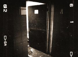 """Detalle de una puerta dentro de un """"manicomio"""""""