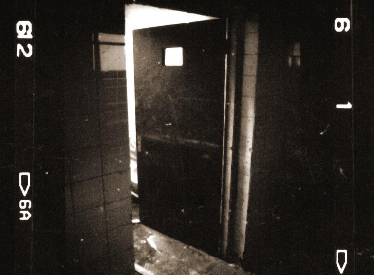 """Detalle de la puerta de una celda de un """"manicomio"""""""