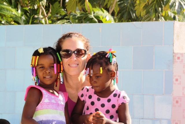 Mónica Estacio con dos pequeñas haitianas