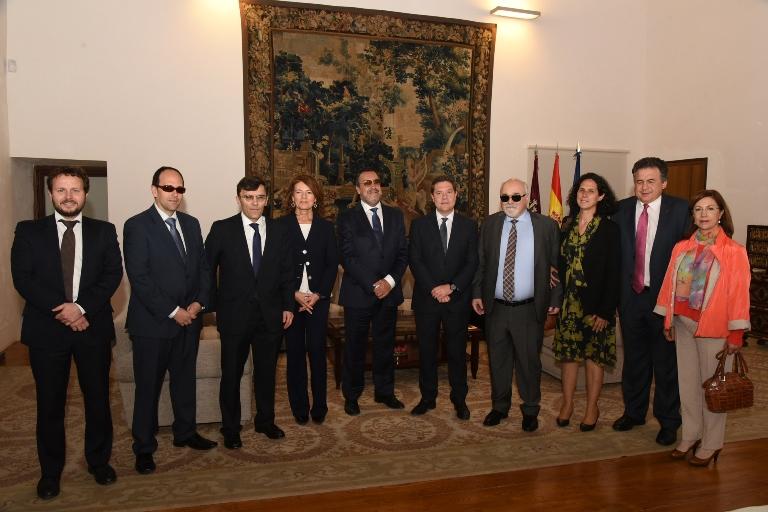 García-Page durante su encuentro con el presidente del Foro Europeo de la Discapacidad (EDF), Yannis Vardakastanis