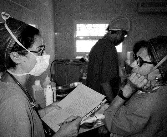 Dos profesionales sanitarias