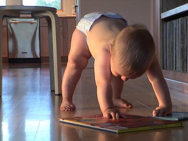 Un bebé poniéndose de pie