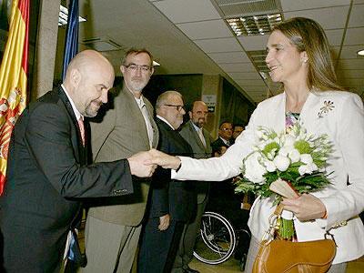 Luis Cayo Pérez Bueno saluda a la infanta Elena, presidenta de honor del Comité Paralímpico Español