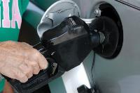 Echando combustible en el depósito de un coche