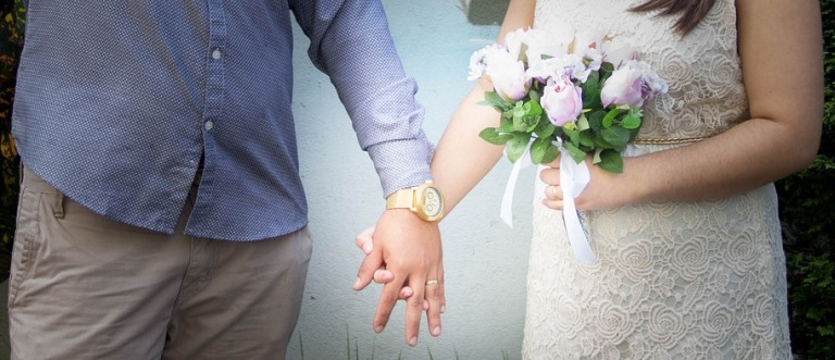 Detalle de las manos agarradas de un matrimonio