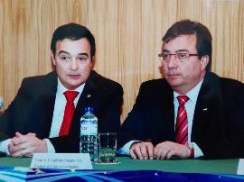 Jesús Gumiel, presidente de Cocemfe Badajoz, con el presidente Guillermo Fernández Vara