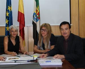 Jesús Gumiel, presidente de Cocemfe Badajoz, con la directora general de Arquitectura y la Secretaria General de Vivienda