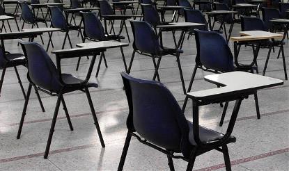 Sala con sillas para exámenes