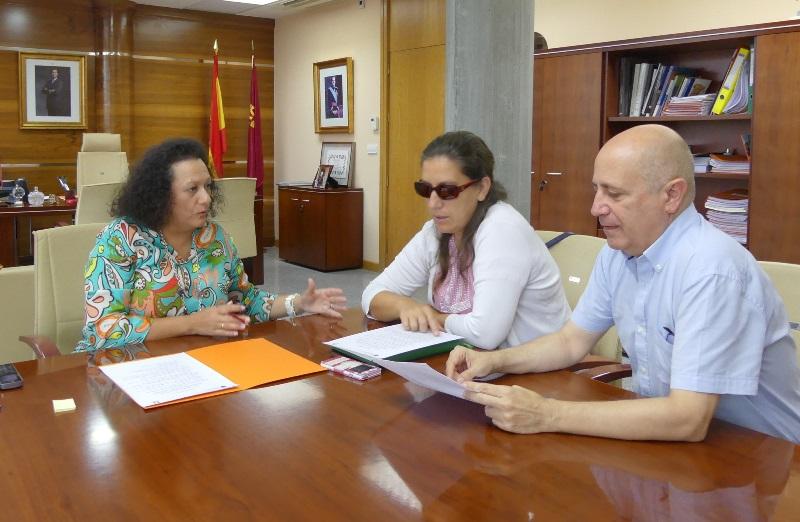 La secretaria general de la Consejería de Presidencia y Fomento, Yolanda Muñoz, con la secretaria general del Cermi y presidenta de la Comisión de Accesibilidad, Teresa Lajarín