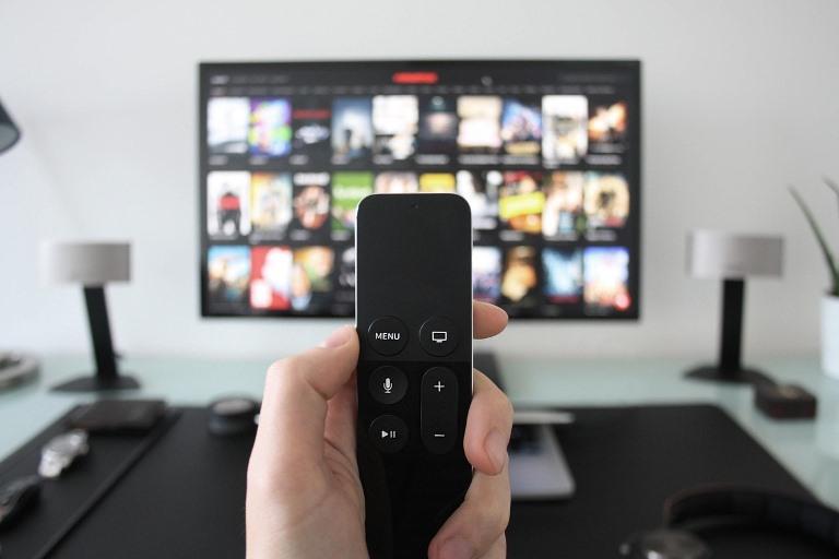 Televisor y mando a distancia