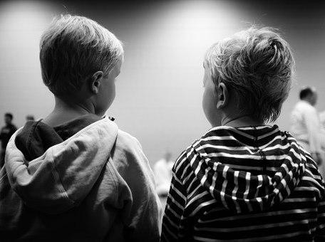 Busto de dos niños de espaldas