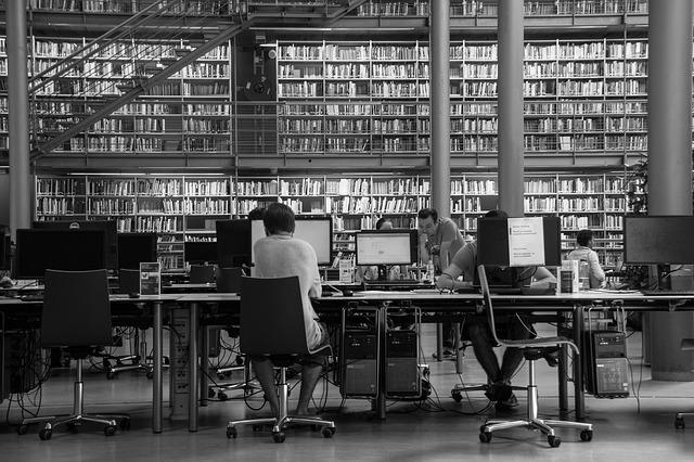 Varias personas en una gran biblioteca